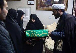 عکس/ اهدای پرچم حرم حضرت معصومه(س) به همسر شهید سلیمانی