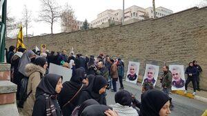 تجمع حامیان سردار سلیمانی در مقابل سرکنسولگری آمریکا در استانبول