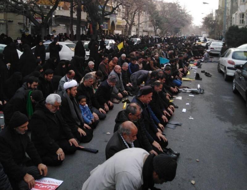 برگزاری نماز جماعت ظهر و عصر توسط مردم مشهد که از دو ساعت مانده به برگزاری مراسم تشییع شهید سپهبدسلیمانی وشهیدان مقاومت درخیابانهای منتهی به میدان پانزده خرداد گردهم آمدهاند