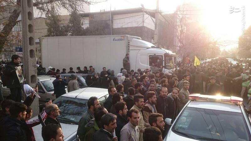 خودرو حامل پیکر شهدای مقاومت در مسیر محل برگزاری مراسم در میدان ۱۵ خرداد مشهد