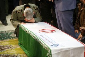 عکس/ اشکهای سرلشکر باقری بر سر پیکر شهید سلیمانی