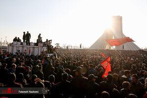 عکس/ خودرو حامل شهدا در میدان آزادی