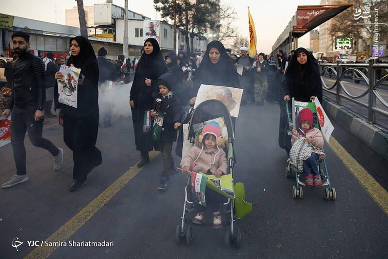 امضای طومار خونخواهی شهید سلیمانی در میدان انقلاب
