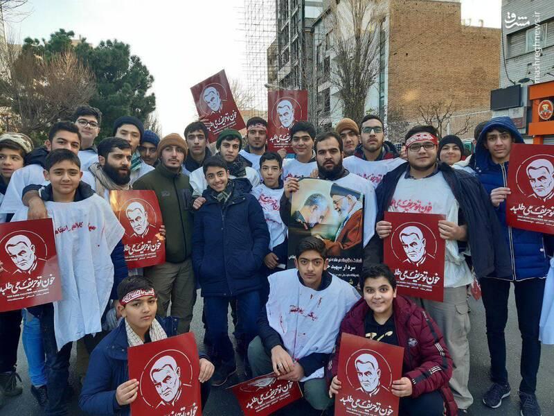 حضور دانشجویان و دانش آموزان کفنپوش در مراسم تشییع حاج قاسم سلیمانی