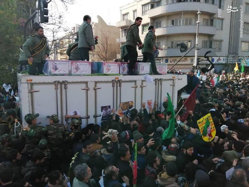یکر شهدا با شعارهای حیدر حیدر مردم انقلابی در حال تشییع به سمت میدان انقلاب است