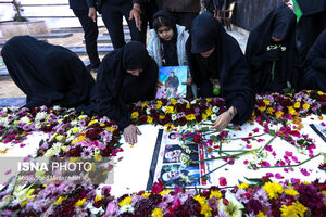 عکس/ خانواده شهید پورجعفری در محل خاکسپاری