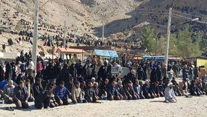 عکس/ اقامۀ نماز ظهر عزاداران در کرمان