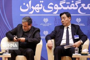 عکس/ دید زدن موبایل عراقچی توسط مهمان خارجی