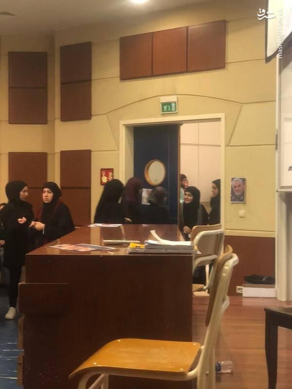 دانشجویان دانشگاه دولتی لبنان تصویر حاج قاسم را در سالن درس نصب کرده اند