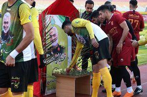 ادای احترام بازیکنان سپاهان و شهرخودرو به شهید سپهبد سلیمانی+عکس