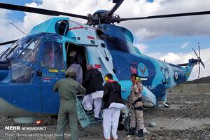 عکس/ امدادرسانی با هلیکوپتر به سیل زدگان سیستان و بلوچستان