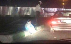 عکس/ سربازی که کاپشن خود را تن کودک کار کرده است