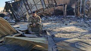 عکس/ چهره سرباز آمریکایی روی ویرانه های پایگاه عین الاسد