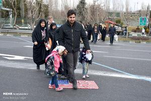 فیلم/ عکسالعمل مردم نمازگزار تهران نسبت به پرچم آمریکا