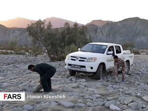 عکس/ همت سپاه در بازگشایی مسیر «گافر» با دستان خالی