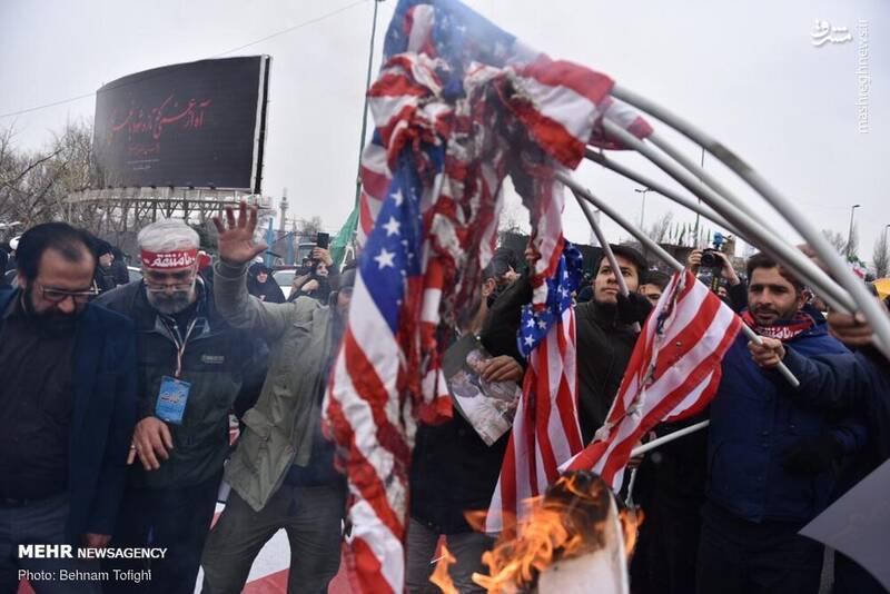به آتش کشیدن پرچم آمریکا در مصلی تهران