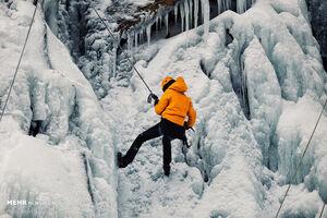 عکس/ یخ نوردی در آبشار یخ زده ی گنجنامه