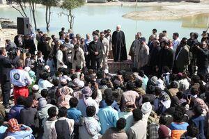 روحانی در جمع مردم روستای سیلزده کلانی سیل سیستان