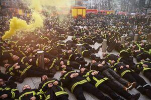 عکس/ اعتراض نمادین آتش نشانان به حملات علیه آنها