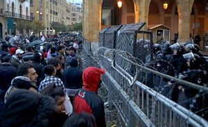 آشوب در بیروت؛ بازداشت یک آمریکایی و ۱۴۵ مجروح +عکس