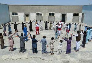 عمو روحالله و اسباببازیهایش برای کودکان سیلزده +عکس