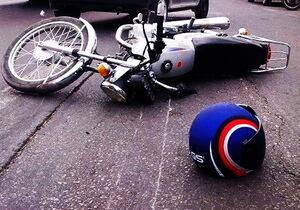 فیلم/ موتورسوار بینوا در محاصره دو خودرو