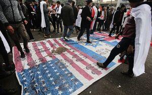 عکس/ پرچم آمریکا و اسرائیل زیر پای میلیونها عراقی