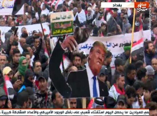 فیلم/ پلاکاردهای ضد آمریکایی در دست تظاهراتکنندگان عراقی