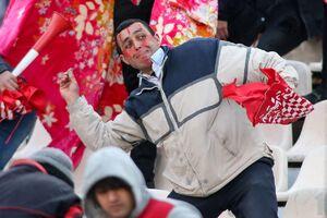 عکس/ سنگ پرانی هواداران در دیدار پرسپولیس و تراکتور