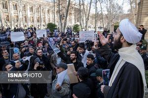 عکس/ تجمع اعتراضی به سخنان ظریف مقابل وزارت خارجه