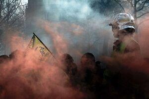 مشت آهنین پلیس فرانسه علیه آتشنشانان