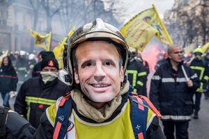 عکس/ درگیری پلیس فرانسه با آتشنشانان