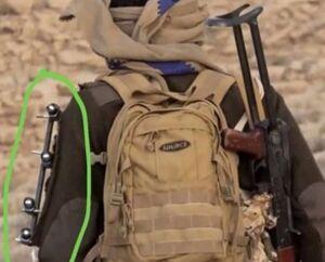 رزمنده یمنی با دست شکسته در میدان نبرد +عکس