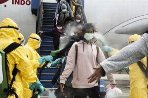 استقبال فرودگاه اندونزی از مسافرا با سمپاشی