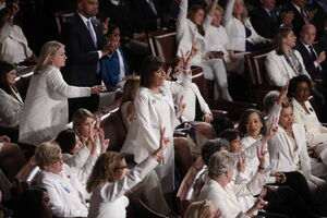 اعتراض دموکرات ها به نطق ترامپ با لباس سفید
