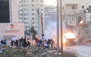 فلسطینیها خودروی نظامی اسرائیلی را در رامالله به آتش کشیدند +فیلم