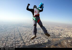 عکس/ جشنواره پرش چتربازان از برج میلاد