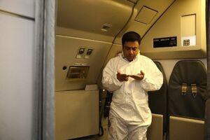 نماز خواندن مشاور وزیر بهداشت در هواپیما +عکس