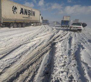 عکس/ خودروهای گرفتار در برف و کولاک