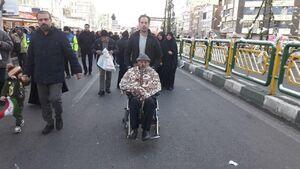 عکس/ حضور پیرمرد تهرانی در راهپیمایی ۲۲ بهمن