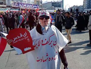 عکس/ پیرزن کفنپوش در راهپیمایی ۲۲ بهمن