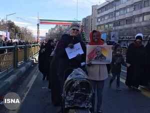 عکس/ حضور زوج توریست در راهپیمایی ٢٢بهمن