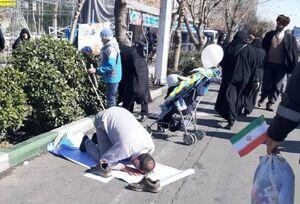 عکس/ نماز اول وقت در حاشیه راهپیمایی ۲۲ بهمن