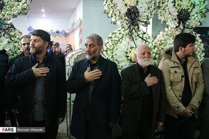 فیلم/ بوسه جواد مقدم بر دست پدر شهید پاشاپور