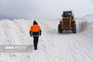 عکس/ تلاش راهداران برای بازگشایی جادهها