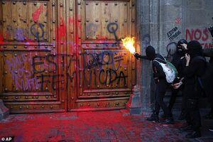 عکس/ یورش زنان به کاخ ریاستجمهوری مکزیک