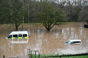 گرفتار شدن خودروهای امدادی در طوفان