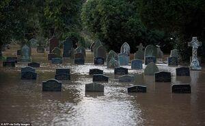 عکس/ قبرستانی که زیر آب رفت