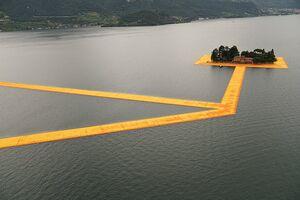 عکس/ قدم زدن روی دریاچه