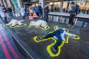 عکس/ اعتراض نمادین فعالان محیط زیستی در لندن